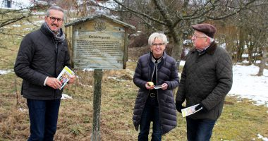 (v.li): Klaus Eder, Rita Röhrl und Vorstandsmitglied Michael Fremuth bei der Programmvorstellung. Foto: Langer/Landkreis Regen
