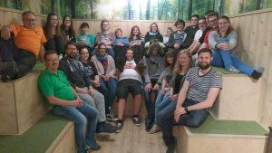 Die Teilnehmer beim Nachtreffen in Passau mit (jeweils in der unteren Reihe), Ludwig Stecher (links), der wenige Tage später in den Ruhestand verabschiedet wurde, die neue Verwaltungsangestellte beim KJR, Milena Haller (3. von rechts), KJR-Geschäftsführerin Anna Stobbe (2. von rechts) und Kommunaler Jugendpfleger Dirk Reichel (rechts). Foto: KJA