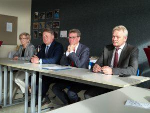 """Kultusminister Bernd Sibler gibt acht Standorte für neue Ausbildung """"Kaufmann/-frau im E-Commerce"""" bekannt. Foto: Landkreis Regen, Weinberger."""
