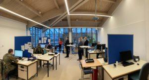 Die Landräte konnten sehen, dass aus dem ehemaligen Sitzungssaal ein Großraumbüro für das Contact-Tracing-Team geworden ist. Foto: Langer/Landkreis Regen