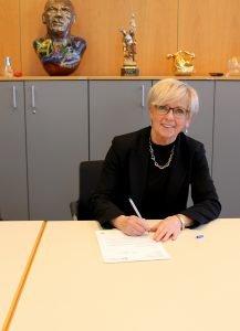 Landrätin Rita Röhrl bei der Unterschrift des Briefes an die Regierung. Foto: Langer/Landkreis Regen