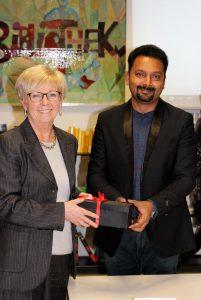 Landrätin Rita Röhrl und den indischen Schulleiter Dilip George. Er überreichte ein Geschenk aus indischem Glas an die Politikerin. Foto: Langer/Landkreis Regen