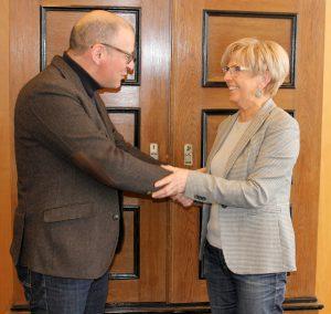 Landrätin Rita Röhrl und Euregio-Geschäftsführer Kaspar Sammer bei der Begrüßung im Landratsamt. Foto: Langer/Landkreis Regen