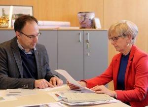 Landrätin Rita Röhrl und Alexander Schulze im Gespräch. Foto: Langer/Landkreis Regen