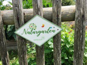 Wenn Ihr Garten die Kriterien für Ökologie und für Biodiversität erfüllt, kann die attraktive Gartenplakette Ihren Gartenzaun zieren. Foto: Eder/Landkreis Regen