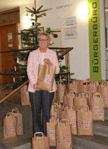 Landrätin Rita Röhrl mit einem Teil der Pakete. Foto: Langer/Landkreis Regen