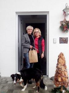 Landrätin Rita Röhrl (links) bei der Geschenkübergabe an Heidemarie Horenburg. Horenburg ist im Hospizverein Zwiesel-Regen engagiert. Foto: Werner/Landkreis Regen