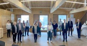Gruppenbild der Geehrten mit Landrätin Rita Röhrl und den zuständigen Mitarbeitern aus dem Landratsamt Regen. Foto: Langer/Landkreis Regen