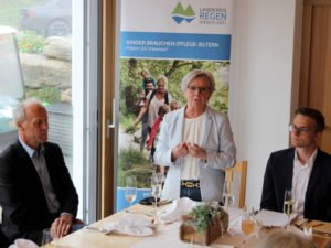Landrätin Rita Röhrl würdigte die Leistungen der Pflegeeltern, es gratulierten auch Abteilungsleiter Frederick Fauser (re.) und Jugendamtsleiter Martin Hackl. Foto: Langer