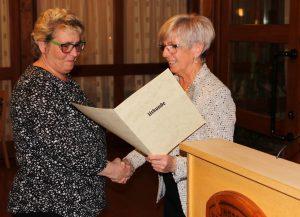 Getraud Geiger (li.) bekam die Pflegemedaille von Landrätin Rita Röhrl überreicht.