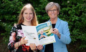 Unser Bild zeigt Natalie Walter (li.) und Landrätin Rita Röhrl mit der Broschüre. Foto: Hausner/Landkreis Regen