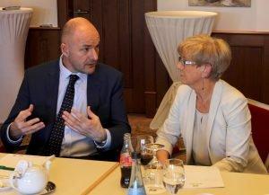 Der Pilsener Bezirkshauptmann Josef Bernard und Regens Landrätin Rita Röhrl im Gespräch. Foto: Langer/Landkreis Regen
