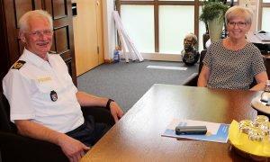 Unser Bild zeigt den neuen Polizeipräsidenten Herbert Wenzl und Landrätin Rita Röhrl im Dialog. Foto: Langer/Landkreis Regen