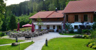 """Der 1. Preis in der Kategorie """"Schönster Biergarten"""" ging an die Gutsalm Harlachberg. Foto: Landkreis Regen, Eder."""