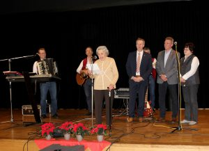 Seniorentanz in der Arberlandhalle. Die 90-jährige Maria Seidl unterhielt die Gäste mit einem Gedicht. Foto: Landkreis Regen, Langer