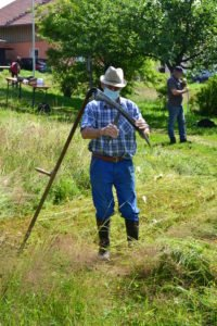 Als weiterer Fachmann erwies sich Paul Eidenschink. Hier beim Wetzen seiner gedengelten Sense. Foto: Eder/Landkreis Regen