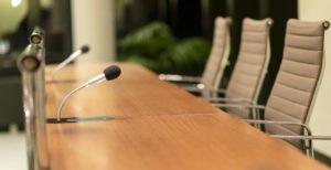 Sitzungssaal mit Mikrofonen. Foto AdobeStock©redaktion93
