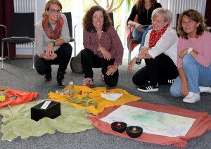 Die Referentinnen Marianne Holzbauer (re.) und Petra Bergmann (2.v.re.) mit Barbara Kreuzer (li.) und Elisabeth Mies (beide Koki). Foto: Langer/Landkreis Regen