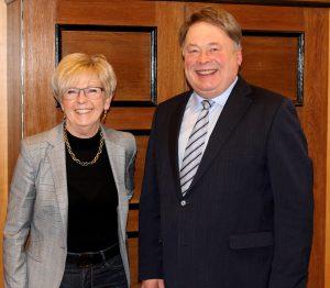 Staatsminister Helmut Brunner und Landrätin Rita Röhrl in ihrem Büro im Landratsamt Regen. Foto: Langer/Landkreis Regen
