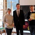 Auszeichnung für die Grund- und Mittelschule Bodenmais. Schulleiter Richard Lang (re.) und Lehrerin Karin Besendorfer erhielten aus den Händen des Regierungspräsidenten Rainer Haselbeck die Urkunde.