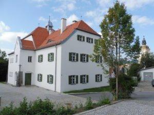 Weisses Schulhaus in Rinchnach