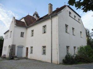 Weisses Schulhaus Rinchanch vor Umbau. Foto: Michael Schaller, Gemeinde Rinchnach