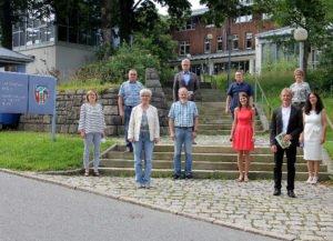 Unser Bild zeigt die Jubilare und die verabschiedeten Mitarbeiter mit Landrätin Rita Röhrl. Foto: Langer/Landkreis Regen