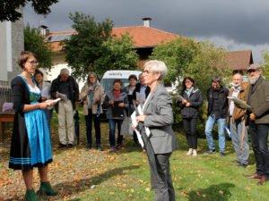Landrätin Rita Röhrl nahm sich die Zeit und besuchte die erste Station des Dorfwettbewerbes 2019. Foto: Langer/Landkreis Regen