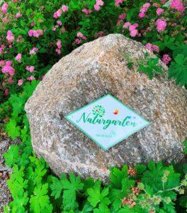 Naturgartenplakette auf Granitstein. Foto: Eder/Landkreis Regen