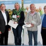Zusammen mit Bürgermeister Hermann Brandl (li.) überreichte Landrätin Rita Röhrl die Karten. Foto: Langer/Landkreis Regen