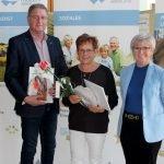 Bürgermeister Werner Blüml und Landrätin Rita Röhrl (re.) gratulierten Martha Heimerl. Foto: Langer/Landkreis Regen
