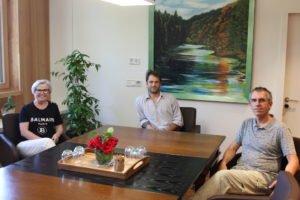 Unser Bild zeigt den neuen Mitarbeiter Fabian Weinzierl (Bildmitte) mit der Vorsitzenden Landrätin Rita Röhrl und dem Böhmwind-Geschäftsführer Matthias Wagner. Foto: Wölfl/Landkreis Regen