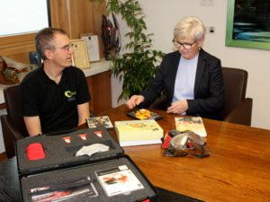 Unser Bild zeigt den Böhmwind-Geschäftsführer Matthias Wagner im Gespräch mit Landrätin Rita Röhrl. Foto: Langer/Landkreis Regen
