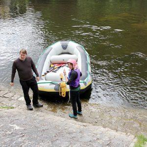 Elisabeth und Andreas Peter zeigen, wie man mit dem Raft umgeht. Foto: Langer/Landkreis Regen