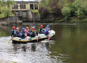 Start der Tour ist in Gumpenried unterhalb des E-Werks. Bei der Fahrt lernen die Teilnehmer auch das richtige Verhalten am Wasser. Foto: Langer/Landkreis Regen