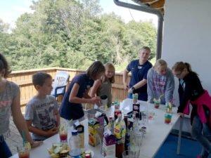 Die Jugendlichen hatten viel Spaß beim Cocktailmixen im Jugendtreff. Foto: Ina Gruber