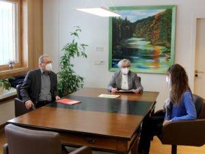 Sie tauschen sich regelmäßig aus (v.li.) Pflegeleiter FÜGK Günther Aulinger, Landrätin Rita Röhrl und Amtsärztin Dr. Carolin Müller. Foto: Wölfl/Landkreis Regen