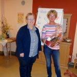 Die Einrichtungsleitung Iris Paternoster überreichte zum Dank an Barbara Muhr einen Geschenkkorb. Foto: Gaby Bauer
