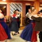 Die Tanzgruppe des Trachtenvereins Kollnburg brachte Bewegung in den Saal. Foto: Langer/Landkreis Regen