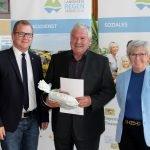 Bürgermeister Johann Hutter (li.) und Landrätin Rita Röhrl nahmen Bernhard Hoffmann in die Mitte. Foto: Langer/Landkreis Regen