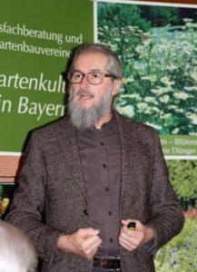 Kreisfachberater Klaus Eder informiert über den Obstbaumschnitt. Foto: Langer/Landkreis Regen