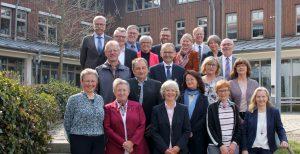 Unser Bild zeigt die Geehrten und Verabschiedeten mit Landrätin Rita Röhrl und ihren Abteilungsleitern. Foto. Heiko Langer/Landkreis Regen