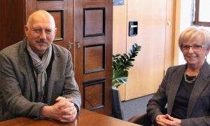 Unser Bild zeigt MdL Manfred Eibl im Gespräch mit Landrätin Rita Röhrl. Foto: Langer/Landkreis Regen