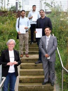 Unser Bild zeigt Landrätin Rita Röhrl mit den neuen Bürgern. Foto: Langer/Landkreis Regen