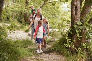 Eltern wandern mit Kinder am Flusswanderweg. Foto: © Adobe Stock/Monkey Business