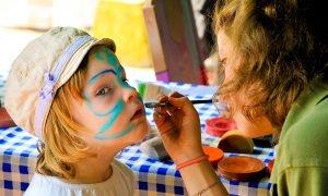 Das Kinderschminken wird sicherlich bei den jüngeren Besuchern sehr beliebt sein. Foto: AdobeStock/Tobilander