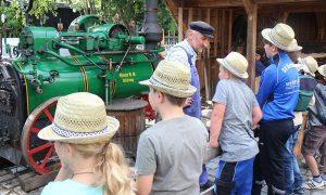 Das Museum öffnet nicht nur seine Pforten, es gibt auch Angebote, wie das Holzbretterschneiden mit der Dampfmaschine. Foto: Roland Pongratz