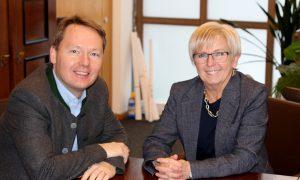 Die Landrätin Rita Röhrl und MdL Christian Flisek sprachen viel über den Öffentlichen Personennahverkehr. Foto: Langer/Landkreis Regen