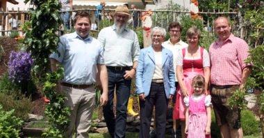 Gruppenbild in Moosbach (v.li.): Bürgermeister Andreas Eckl, Klaus Eder, Landrätin Rita Röhrl, Gisela Schedlbauer (die Vorsitzende des Gartenbauvereins Moosbach), mit den Gartenbesitzern Andrea und Anton Voitl und er kleinen Julia.