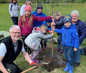 Bei der Pflanzung von Gräfin Goldach unterstützten die Böbracher Gartenwichtl der Vorsitzende des Böbracher Gartenbauvereins Reinhard Obermeier (rechts) und Alfons Enders. Foto: Klaus Eder